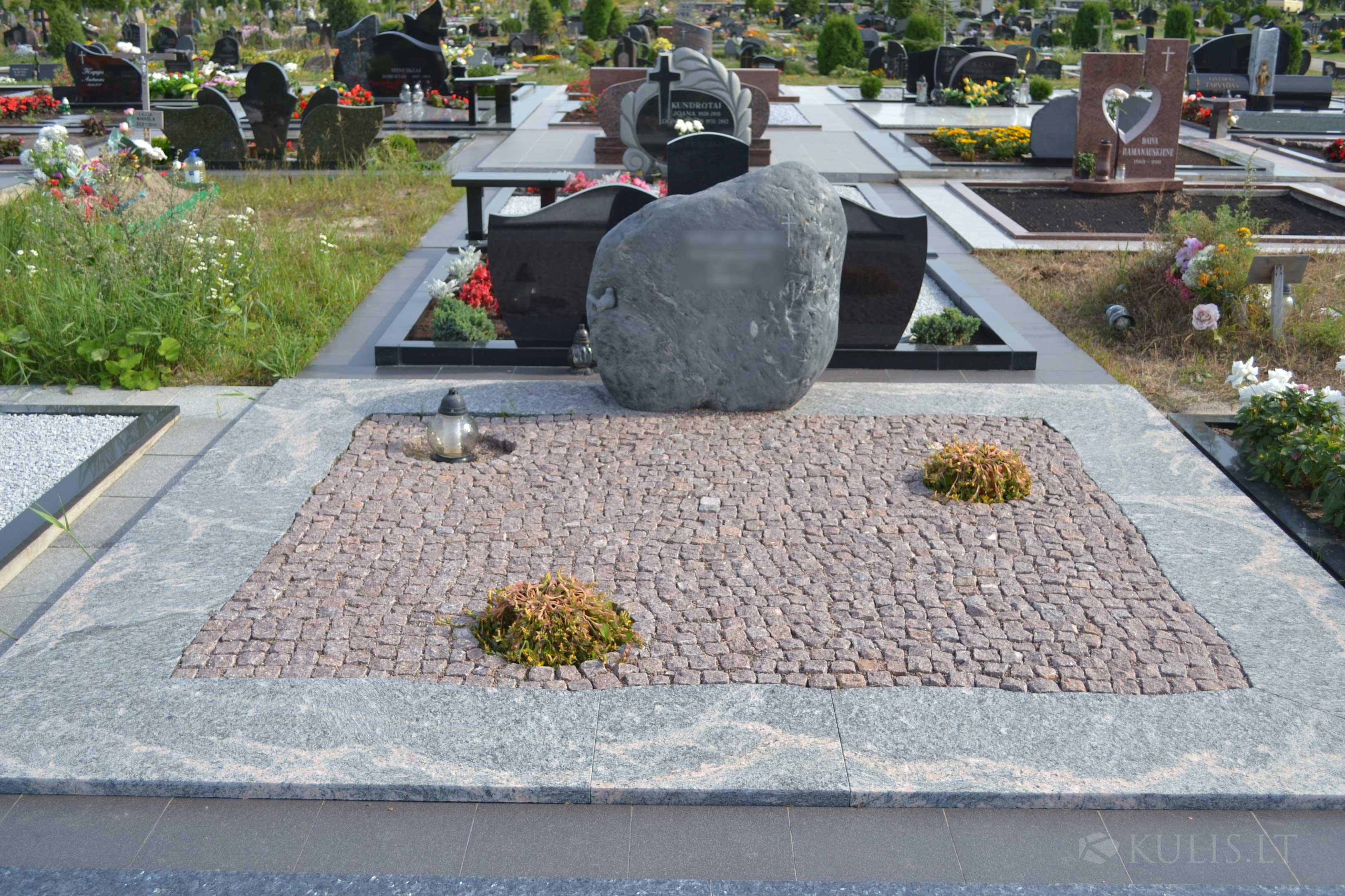Riedulys su paukšteliu ir trinkelėmis klota kapavietė – Klaipėdoje